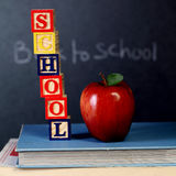 Cubi di ABC e mela rossa Fotografia Stock Libera da Diritti