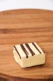 Cubi di cioccolata bianca su un bordo di legno della cucina Fotografia Stock Libera da Diritti