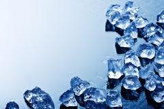 Cubi di ghiaccio all'indicatore luminoso blu Fotografie Stock