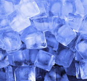 Cubi di ghiaccio all'indicatore luminoso blu Fotografie Stock Libere da Diritti