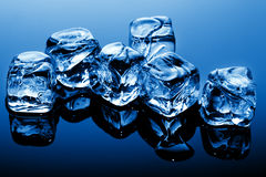 Cubi di ghiaccio all'indicatore luminoso blu Immagini Stock