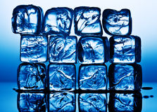 Cubi di ghiaccio all'indicatore luminoso blu Fotografia Stock Libera da Diritti