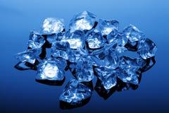 Cubi di ghiaccio all'indicatore luminoso blu Immagine Stock Libera da Diritti