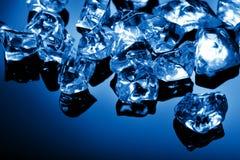 Cubi di ghiaccio all'indicatore luminoso blu Fotografia Stock