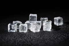 Cubi di ghiaccio bagnati su priorità bassa nera Fotografie Stock