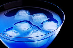 Cubi di ghiaccio in cocktail blu fotografia stock