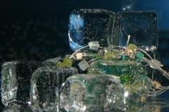 Cubi di ghiaccio con monili Fotografia Stock Libera da Diritti