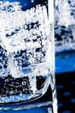 Cubi di ghiaccio e bolle dell'acqua Fotografia Stock