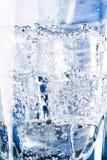Cubi di ghiaccio e bolle dell'acqua Fotografia Stock Libera da Diritti