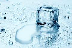 Cubi di ghiaccio su acqua Fotografia Stock Libera da Diritti