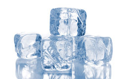Cubi di ghiaccio su bianco Fotografie Stock