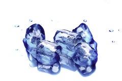 Cubi di ghiaccio su priorità bassa blu Fotografia Stock