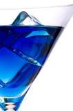 Cubi di ghiaccio in un martini blu Fotografia Stock Libera da Diritti