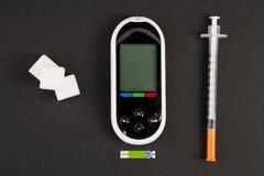 Cubi di glucometer della siringa dell'insulina e dello zucchero bianco fotografia stock libera da diritti