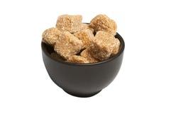 Cubi di intero zucchero di canna in ciotola, isolati Immagini Stock Libere da Diritti