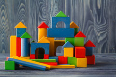 Cubi di legno con spazio per testo ed il castello colourful sulle sedere blu Fotografie Stock Libere da Diritti
