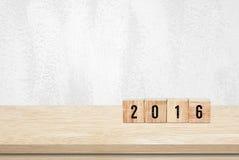 Cubi di legno con 2016 sul fondo di legno della tavola Fotografie Stock