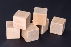 Cubi di legno gialli vuoti isolati sul nero Immagini Stock