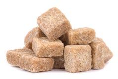 Cubi di marrone della canna da zucchero isolati su bianco Fotografie Stock Libere da Diritti