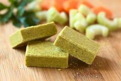 Cubi di verdure del brodo, del brodo o del brodo Fotografia Stock