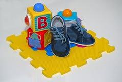 Cubi e bottini dei bambini fotografie stock