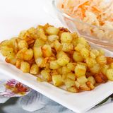 Cubi fritti della patata con cavolo acido Fotografia Stock Libera da Diritti