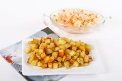 Cubi fritti della patata con cavolo acido Immagine Stock