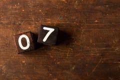 Cubi i numeri sulla vecchia tavola di legno con lo spazio della copia, 07 fotografia stock libera da diritti