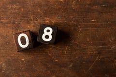 Cubi i numeri sulla vecchia tavola di legno con lo spazio della copia, 08 fotografia stock libera da diritti