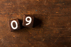 Cubi i numeri sulla vecchia tavola di legno con lo spazio della copia, 09 immagine stock