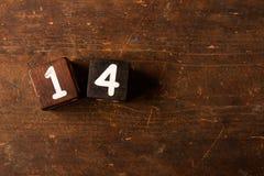 Cubi i numeri sulla vecchia tavola di legno con lo spazio della copia, 14 fotografia stock