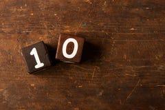 Cubi i numeri sulla vecchia tavola di legno con lo spazio della copia, 10 fotografia stock