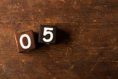 Cubi i numeri sulla vecchia tavola di legno con lo spazio della copia, 05 fotografia stock libera da diritti