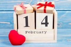 Cubi il calendario con i regali ed il cuore rosso, il giorno di biglietti di S. Valentino Immagini Stock