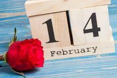 Cubi il calendario con il fiore rosa, il giorno di biglietti di S. Valentino Fotografie Stock