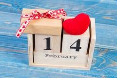 Cubi il calendario con il regalo ed il cuore rosso, il giorno di biglietti di S. Valentino Immagini Stock Libere da Diritti