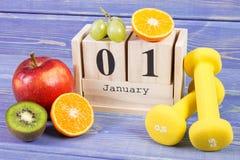 Cubi il calendario, i frutti e le teste di legno, nuovi anni di risoluzioni, stile di vita sano Fotografia Stock