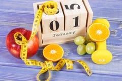 Cubi il calendario, i frutti, le teste di legno e la misura di nastro, nuovi anni di risoluzioni Immagine Stock Libera da Diritti
