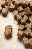 Cubi naturali dello zucchero marrone Fotografia Stock