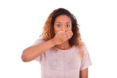 Cubierta afroamericana joven su boca con su ISO de la palma de la mano Imagen de archivo