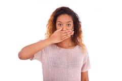 Cubierta afroamericana joven su boca con su ISO de la palma de la mano Imagenes de archivo