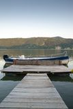 Cubierta al barco en orilla del río Imagen de archivo