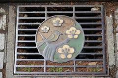 Cubierta artística del dren de la calle Fotos de archivo libres de regalías