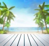 Cubierta blanca de madera con el fondo tropical de las palmas Imagen de archivo libre de regalías