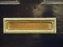 Cubierta de buzón de cobre amarillo con el modelo Imagenes de archivo