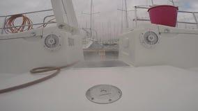 Cubierta de la aclaración en el barco de navegación almacen de metraje de vídeo