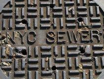 Cubierta de la alcantarilla de New York City Imagen de archivo libre de regalías