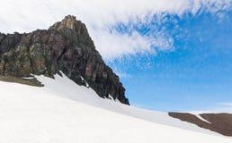 Cubierta de la montaña con nieve en el Parque Nacional Glacier Imagenes de archivo