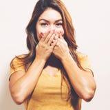 Cubierta de la mujer joven su boca Fotografía de archivo