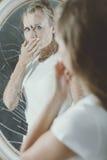Cubierta de la mujer su boca Imagenes de archivo